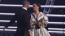 Watch Rihanna dodge Drake as he tried to kiss her!